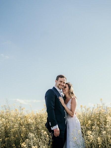 Monika & Robert – sesja ślubna w polu rzepaku