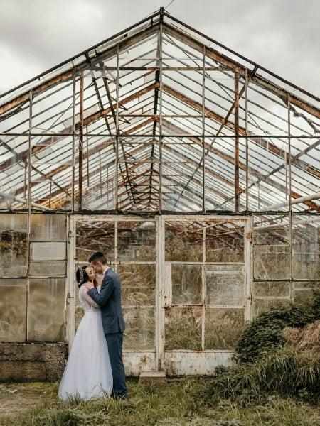 Monika & Damian – sesja ślubna w szklarni